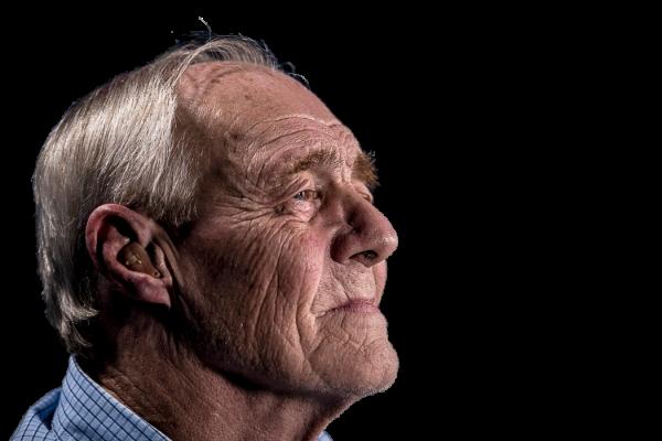 oudere_man_met_hoortoestel_foto_JD_Mason-transparant